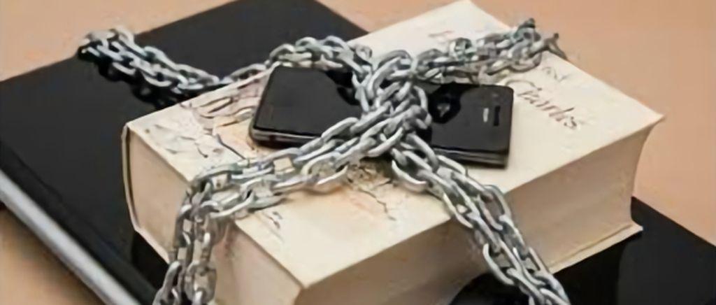 책위에 휴대폰이 자물쇠에 묶여 있는 사진