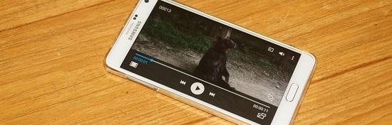 스마트폰으로 동영상을 보는 사진