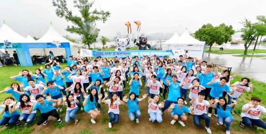 KT는 24일 오후 4시 한강시민공원에서 '2018 평창동계올림픽 'G-200'을 기념해 전국 대학생 100명과 함께 플래시몹을 진행했다.