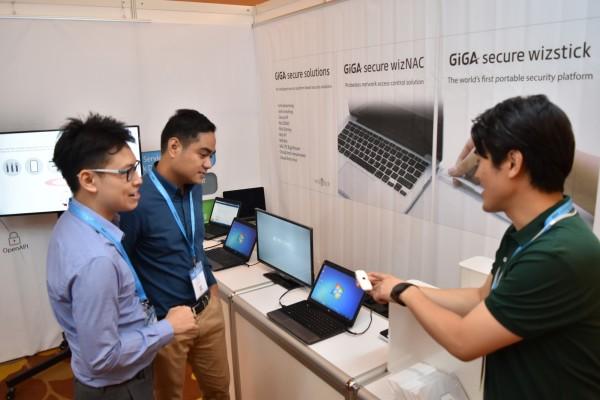 KT는 정보보안 사업의 글로벌 시장 진출 모색을 위해 26일부터 28일까지 싱가포르에서 개최되는 'RSA Conference Asia Pacific & Japan 2017(이하 RSA)'에 참가한다고 밝혔다.