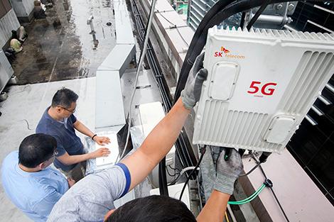 SK텔레콤은 국내 통신 장비업체 KMW社와 함께 '무선 5G릴레이(Relay)' 중계기를 국내 최초로 개발해 서울 강남구에 위치한 '5G 시험망'에 적용했다고 10일 밝혔다.