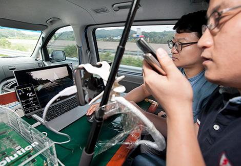 SK텔레콤은 LG전자와 함께 글로벌 표준 기반 「LTE 차량통신 기술」을 공동 개발하고, 5일 한국도로공사 여주 시험도로에서 성능 검증을 마쳤다고 6일 밝혔다.