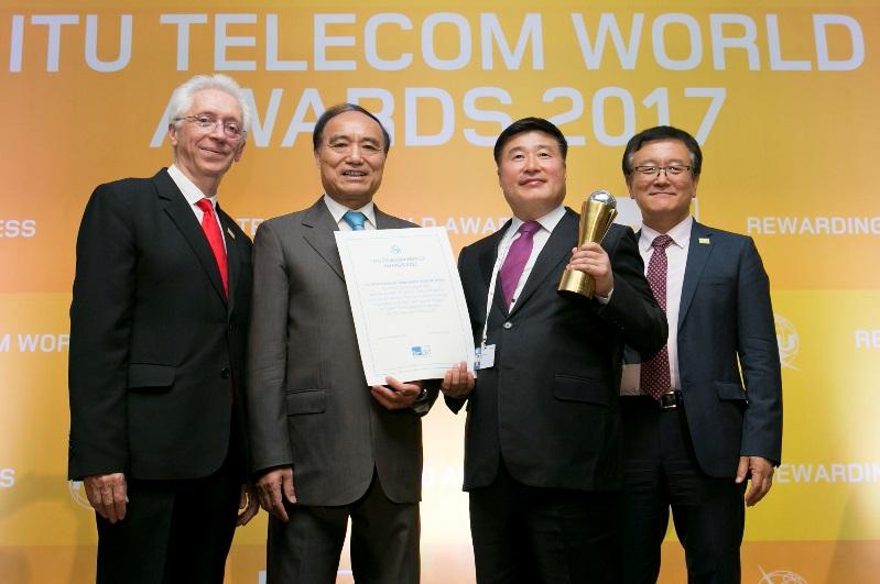 KT는 28일 오후 부산 해운대 벡스코에서 열린 'ITU 텔레콤 월드 어워즈 2017'의 정보통신 기반 가장 우수한 기업에게 수여하는 글로벌 코퍼레이트 어워즈 부문에서 '스마트 기술 혁신상'을 수상했다고 밝혔다.