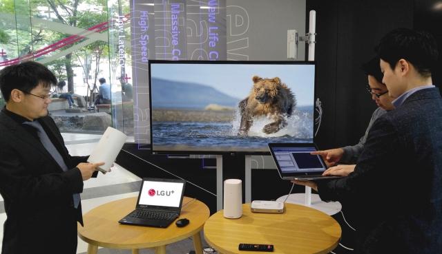 LG유플러스는 서울 상암사옥 5G기술시험센터에서 화웨이의 5G네트워크 장비를 통해 무선으로 IPTV UHD서비스를 제공하는 시험에 성공했다고 9일(월) 밝혔다.