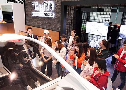 SK텔레콤은 추석 연휴를 맞아 을지로 본사에 위치한 최첨단 ICT 체험관 '티움(T.um)'에 국내 거주 외국인 유학생들을 초청했다고1일 밝혔다.