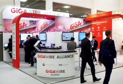 KT는 24일부터 3일간 독일 베를린에서 열리는 브로드밴드월드 포럼에 참가해, 일반 구리선에서도 상하향 1Gbps 속도의 기가인터넷 제공이 가능한 '기가와이어 솔루션'을 선보였다고 27일 밝혔다.