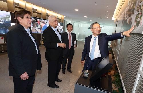 KT는 5일 서울 종로구 KT광화문빌딩 East에서 황창규 회장을 비롯한 경영진이 필리핀 정보통신부 장관을 비롯한 정부 관계자들을 만나 필리핀 정보통신기술(ICT) 발전을 위한 협력방안을 논의했다고 밝혔다.