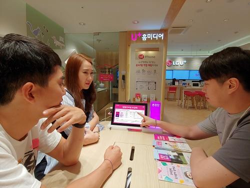 LG유플러스는 자사 알뜰폰 사업자들이 오는 10월말까지 전국 2,000여개의 U+ 매장에서 알뜰폰 선불요금제 한달 월 정액을 추가로 제공하는 프로모션을 진행한다고 5일(일) 밝혔다.