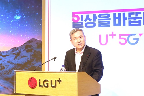 하현회 LG유플러스 부회장이 2019년 신년사를 통해 전통적 통신 사업 관점에서 벗어나 변화의 흐름을 읽고 위기를 기회로 만드는 5G 혁신을 주도하자고 강조했다.