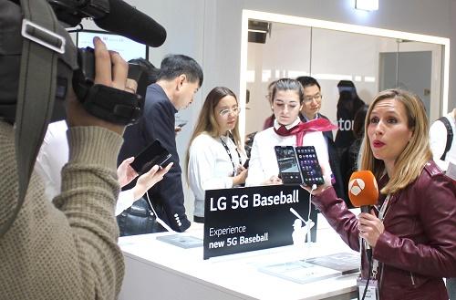 """LG유플러스는 스페인 바르셀로나에서 열리는 MWC 2019에서 """"LG와 함께 시작하는 5G""""를 주제로 전시관을 마련하고 전 세계에 5G 통신기술 기반 B2C 및 B2B 서비스와 기술 우수성을 알리며 호평 받았다고 27일 밝혔다."""