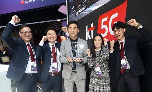 KT는 26일(현지시각) 스페인 바르셀로나에서 열린 'MWC 글로벌 모바일 어워즈 2019에서 기가지니 음성간편결제서비스인 지니페이가 '결제&핀테크 최고의 혁신' 부문에서, 5G 핵심기술인 네트워크 슬라이스를 효율적으로 관리해주는 통합제어체계 기술로 최우수 네트워크 소프트웨어 혁신분야에서 각각 수상했다고 밝혔다.