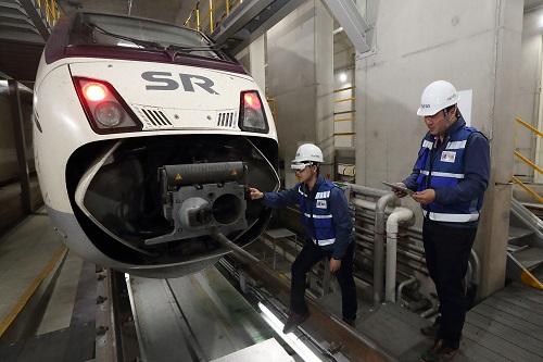 KT는 SR과 함께 서울 SRT 수서역에서 5G 스마트스테이션을 위한 정보통신기술(ICT) 사업 업무협약(MOU)을 체결하고, 5G 기술로 스마트한 수서고속철 구축을 위해 협력한다고 27일 밝혔다.