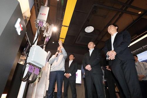 KT가 본격적인 세계최초 5G 서비스 시작과 함께 대한민국의 5G 경쟁력과 기술 우수성을 알리기 위해 삼성전자와 서울 서초구 KT 양재빌딩에 '5G 이노베이션센터'를 열었다고 26일 밝혔다.