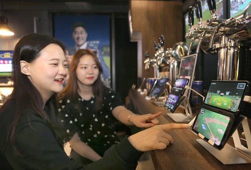 LG유플러스는 지난 4월부터 이동형 체험관 '5G 일상어택 트럭'과 서울 강남 팝업스토어 '일상로 5G길'을 방문한 10~60대 남녀를 대상으로 한 설문조사에서 'V50 씽큐(이하 'V50')' 듀얼스크린에 최적화된 콘텐츠를 비롯한 U+5G 6대 서비스 및 체험관에 약 10명 중 9명이 만족감을 나타냈다고 23일(목) 밝혔다.