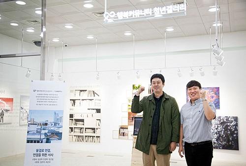 SK텔레콤은 전북 전주 서노송동에 위치한 SKT 전주지점 로비에서 지역 청년 작가 7인의 작품을 '물결, 연결로 서사하다'라는 주제로 전시한다고 23일 밝혔다.