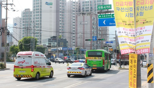 LG유플러스는 서울특별시, 중소기업 '이지트래픽'과 국내 최초 차세대 정보통신기술(ICT) 기반으로 개발한 자동중앙제어 방식의 교통우선신호제어 소프트웨어(SW) '긴급차량 우선신호, 이하 EVP'를 실증했다고 22일(수) 밝혔다.