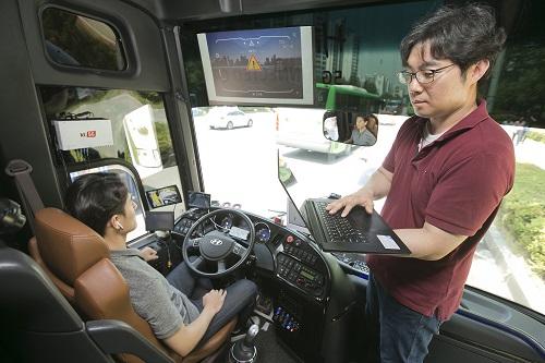 KT는 국내최초로 실제 도로에서 5G-V2X 기술을 실증했다고 17일 밝혔다.