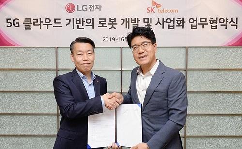 SK텔레콤은 LG전자와 LG전자 가산 R&D 캠퍼스에서 '5G 클라우드 기반의 로봇 개발 및 사업화'를 위한 업무 협약을 체결했다고 25일 밝혔다.