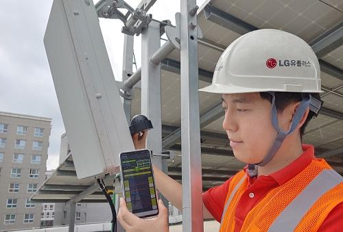 LG유플러스는 ▲완벽한 시공품질 확보를 위한 안테나 방향각 측정기 '마젠타'와 ▲현장 실시간 품질점검이 가능한 5G 모바일 품질측정앱을 세계 처음 개발 및 상용화를 통해 최고수준의 5G 품질을 확보할 수 있게 됐다고 4일 밝혔다.