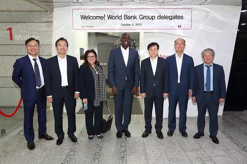 KT는 4일 세계은행 막타 디옵 인프라 담당 부총재와 부티나 구에르마지 디지털개발 국장, 과학기술정보통신부 류제명 국장이 참석한 가운데 서울 서초구 우면동 KT 연구개발센터에서 5G 기반 혁신기술을 선보였다.