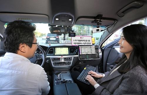 LG유플러스는 10일(목) 서울 마곡 LG사이언스파크에서 기자간담회를 열고, 5G-V2X(차량 ·사물간 통신) 기반의 일반도로 자율협력주행 기술을 공개 시연했다.