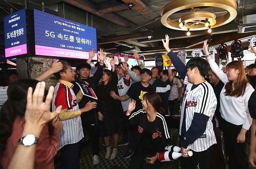 LG유플러스는 9일 잠실새내역 인근 스포츠펍에서 야구를 즐겨보는 고객 100명을 초대하고 'U+5G LG트윈스 응원 일일호프 데이'를 진행한다고 밝혔다.