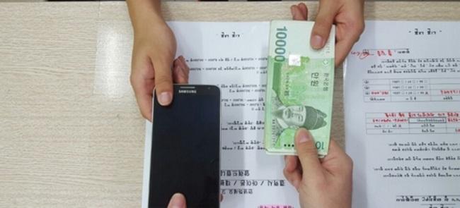 자급제&중고 5G 스마트폰 구매의 의미로 스마트폰과 돈을 교환하는 사진