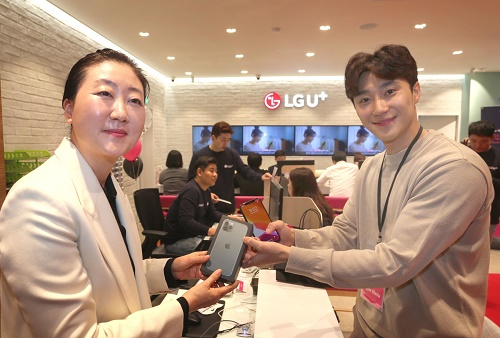 LG유플러스는 아이폰 11, 11 프로, 11 프로맥스 출시를 기념해 오는 25일 오전 서울 강남구의 강남직영점에서 고객 초청 파티 'U+Apple 매니아 WOW찬스'를 진행한다고 24일 밝혔다.