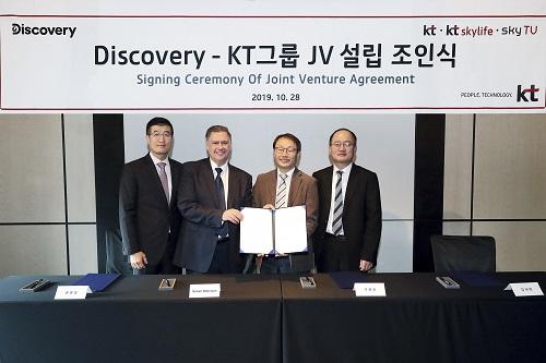 KT는 28일 서울 종로구 포시즌스 호텔에서 디스커버리와 '콘텐츠 사업 협력 및 합작투자회사(JV) 설립을 위한 업무협약'을 체결했다고 밝혔다.