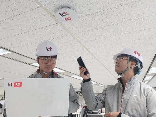 KT가 실내 5G 커버리지를 빠르게 확대하고 5G 품질을 획기적으로 개선할 수 있는 '5G 스몰셀 솔루션'을 국내 최초로 상용화했다고 27일 밝혔다.