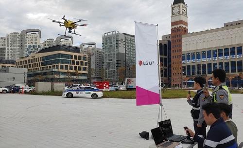 LG유플러스는 경기도 시흥 배곧신도시에서 인공지능(AI) 음성인식과실시간 Full HD(고화질) 영상 전송 기술을 탑재한 5G 'U+스마트드론'을 공개 시연했다고 21일(월) 밝혔다.