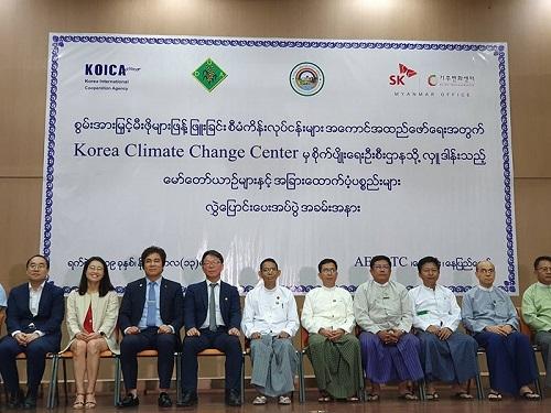 SK텔레콤은 SK 관계사 11개와 함께 13일 미얀마 수도 네피도에 있는 농림부 교육센터에서 NGO 단체인 기후변화센터, 미얀마 농림부와 함께 미얀마 전역에 보급할 쿡스토브 및 차량 96대, 오토바이 240대 등 보급지원 물품을 전달하는 쿡스토브 보급 착수식을 가졌다고 14일 밝혔다.