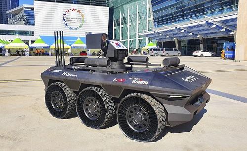 KT는 현대로템과 함께 부산 벡스코에서 개최된 2019 한·아세안 특별정상회의에서 경호안전통제단 주관 아래 5G 기반의 다목적 무인차량 'HR-Sherpa'를 성공적으로 시연했다고 26일 밝혔다.