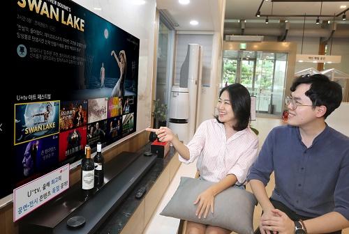 LG유플러스는 자사 IPTV 서비스 'U+tv'에서 매튜 본 <백조의 호수> 신작 등 올해 최고 공연, 전시 콘텐츠 25편을 다음달 15일(일)까지 무료로 독점 제공하는 'U+tv 아트 페스티벌'을 진행한다고 19일 밝혔다.