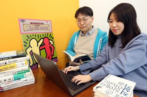 LG유플러스는 장기약정 인터넷에 부담을 느끼는 20대 청년과 외국인을 위해 파격 할인 혜택을 제공하는 1년 단기약정 인터넷 요금을 공식 온라인 쇼핑몰 'U+Shop'을 통해 단독 판매한다고 21일 밝혔다.