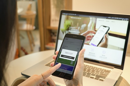 KT와 SK텔레콤, LG유플러스는 25일 본인인증 앱 '패스(PASS)'를 통해 휴대폰 번호만으로 본인 인증을 할 수 있는 간편 로그인 서비스를 출시한다고 밝혔다.