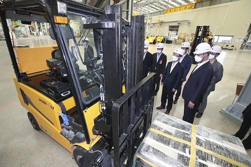 KT가 현대건설기계와 함께 24일 전북 군산 현대건설기계 공장에서 5G 기반 무인지게차 융합기술 공동개발을 위해 추진한 실증사업성과 발표회를 개최했다고 밝혔다.