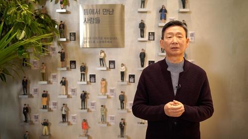 LG유플러스는 황현식 사장이 강남 복합문화공간 '일상비일상의틈'에서 촬영한 영상을 통해 임직원들에게 신년메시지를 전달했다고 4일 밝혔다.